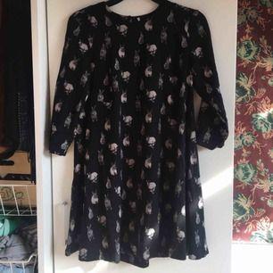 Supergullig svart klänning med massa kaniner på! Avklippt storlekslapp men förutom det är den i jättefint skick. Vid frakt står köparen för kostnaden ✨