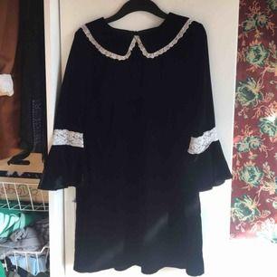 Sammetsklänning med krage från Elsa Hosk x BikBok. Sparsamt använd och i jättefint skick. Storleksmärkt som large men är mer en medium skulle jag säga men passar xs-m utan att sitta konstigt. Vid frakt står köparen för kostnaden 💗