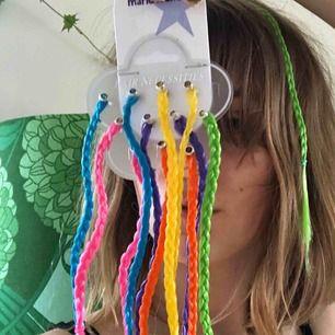 Helt nya hårslingor (2000's vibbar) med stenar längst ut. Den gröna jag har i håret är den enda som är använd och endast använd för denna bild. +Frakt 11kr🦋