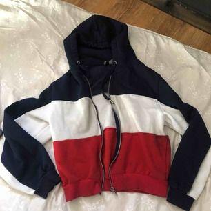 Jätte fin hoodie me dragkedja från H&M, har användt den bara 3 ggr så den är nästa ny❣️