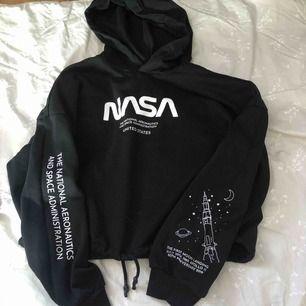 Skit fin hoodie med NASA tryck på, felfri✨
