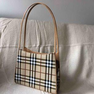 Väska i märkesimitation i nyskick.  Upphämtning i Stockholm eller köpare står för frakt.