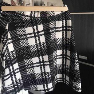 Rutig kjol från Boohoo inköpt för 250 kronor. Har hunnit användas ett fåtal gånger men är fortfarande i perfekt skick. Känns ny och fräsch.