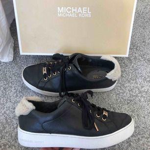 Säljer mina michael kors skor i storlek 39. Väldigt sparsamt använda därav i fint skick. Kan fraktas för 60kr!