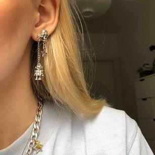 Handgjorda smycken! Örhängena är gjorde av silverfärgat mässing. Robot örhänget kostar 60kr och dödskalle kostar 50kr! Har ett av varje men om det är flera som vill han kan jag göra fler, skriv bara om ni är seriösa isåfall!💞 frakt tillkommer på 11kr
