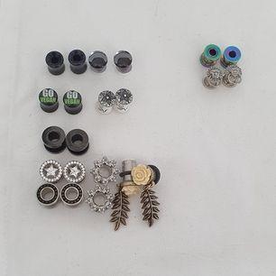 Säljer lite plugs! Knappt använda då jag gick upp i storlek väldigt fort. De till vänster är 8mm och de två par till höger är 6mm. Kirurgisk stål, trä och glas är materialn (de med text på är dock acryl) Paketpris kan såklart ordnas! 👍🌱
