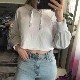 Snygg oanvänd hoodie från en Na-kd pop-up-shop. Den är i strl XL men som ni ser är den otroligt croppad och liten för sin storlek och passar utmärkt på en XS eller mig som är en S. Säljes då den inte kommer till användning