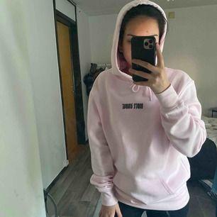 En hoodie från H&M, använd 2 gånger. Storlek XS, men är ganska oversized.