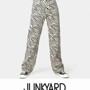 SÖKER DESSA byxor/jeans från Junkyard helst i storlek M eller L 🥺🥺❤️