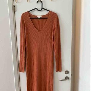 Knappt använd roströd klänning från HM. Vadlång