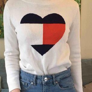 Bjuder på frakten, så den ingår i priset.  Superfin tröja från Tommy Hilfiger 12-14 år men passade mig förut när jag hade stl XS, nu har jag dock S och då är den lite liten som du ser på bilden. Har såklart swish