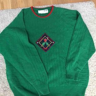 Snygg grön tröja med ett ett märke