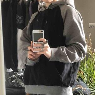 Storlek L men passar som en oversized M. Använde en hel del under högstadiet. Fett bekvämlig hoodie! Frakt ingår i priset :)