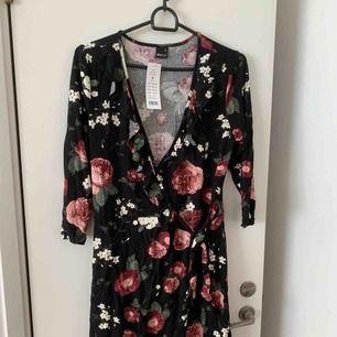 Oanvänd klänning från GinaTricot. Säljer pga köp i två olika storlekar. Har fått många komplimanger för denna✨