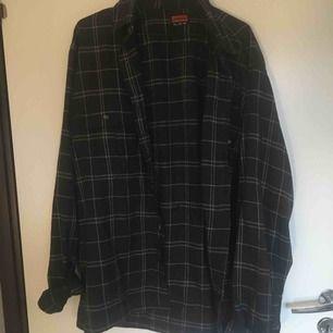 Säljer denna sjukt snygga oversize skjorta för bara 30kr!! Snyggt under ett vanligt ribbad linne och ett par wide leg blåa jeans. Passar bra nu i våren/sommaren.🥰🥰