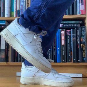 Vita nike airforce 1 i storlek 38,5. Sjukt sköna skor i bra använt skick.