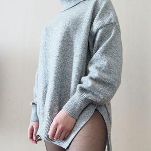 En mysig stickad tröja med två snitt vid sidan om. Köpte tröjan för att använda till en resa, den är endast använd två gånger och är i mycket fint skick.