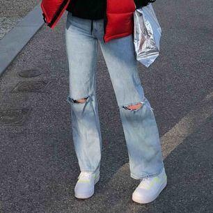Säljer mina Yoko jeans från monki. De är sparsamt använda och fortfarande trogna till passform o storlek. Hålen är gjorda i efterhand. Högmidjade men stannar under navlen. Frakt tillkommer💕