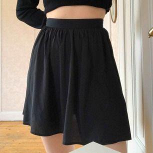 Söt kjol från Monki. Inte använd så mycket utan mest legat i garderoben. Tunt tyg så den är lite genomskinlig. Den är inte stretchig utan det finns en liten dragkedja där bak. Skriv om du har frågor 🥰