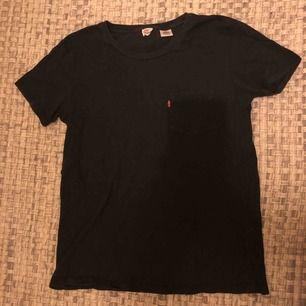En jättefin T-shirt från Levis. Väldigt bra skick. Skriv för fler bilder m.m vid intresse. Du står för frakten. Väldigt bra pris! 💖