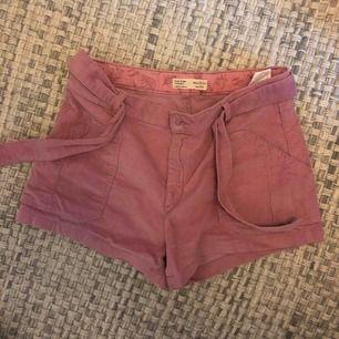 Ett par jättefina rosa Manchester shorts från zara kids som äru jättefint skick💓du står för frakten och skriv för mer bilder! Passar xxs och xs💓