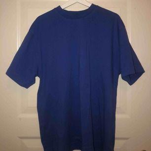 Blå t-shirt i ganska tjockt tyg💙 Säljer pga att den inte kommer/kommit till användning. Skulle nog säga att det är mer som en L än XL.  84kr med frakten inräknad!!!