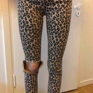 Snygga jeans från Berskha. Köpta i Paris för ca 1,5 år sedan. Bra skick. Dem är i storlek 34 men är mer som 32, dock långa, lite korta för mig på bilden som är 170 cm. Skriv för mer bilder m.m vid intresse. Du står för frakten