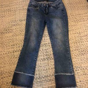 Supersnygga jeans som tyvärr aldrig har kommit till användning då jag råkade köp dem i fel storlek. Väldigt bra skick, oanvända. Nypris 1000kr men säljer dem för endast 120kr. Skriv för fler bilder mm vid intresse. Du står för frakten.