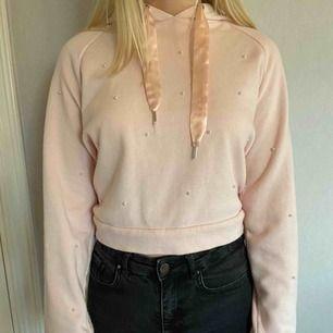 +frakt Gullig, cool och snygg hoodie från new yorker. Skönt material och perfekt i stl. Älskar att den är lite annorlunda men fortfarande basic. Den är hel och i ny skick. Använd max 4 gånger
