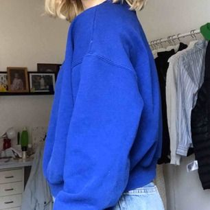 Snygg blå tröja från H&M. Frakt ingår i priset!