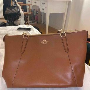 Äkta coach väska, den är brun, bra kvalitet och skick💕💕