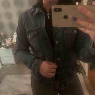 Mörkblå jeans jacka endast använd 1 gång