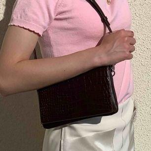 En väldigt snygg liten väska i brunt. Nypris var 600kr