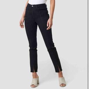Jeans med slits från Nakd. Storlek 34, små i storlek, passar 32/Xs. Aldrig använda men lapp borttagen. Skriv för tydligare bilder.