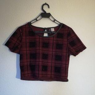Egentligen varit en klänning men klippte av kjolen så det blev en crop top. Bra skick. Frakt tillkommer