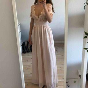 Superfin klänning till bal etc. Aldrig använd! Köpte för 3 år sedan, finns inte på Nelly längre! Jag är 173cm. Köparen står för frakt :)
