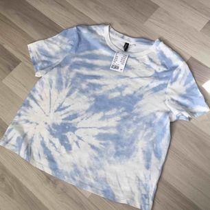 Helt ny super söt pastel blå tshirt i ett batik mönster 🥺💙 Passar stl S-L beroendes på om du vill ha det oversized osv! Frakt är 22 kr