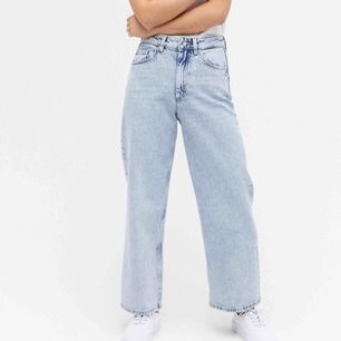 Skitsnygga Mozik-jeans från monki som tyvärr var för stora för mig☹️ Det är bara att fråga om fler bilder eller om du har frågor!!🥰 Köpare står för frakt!🌸