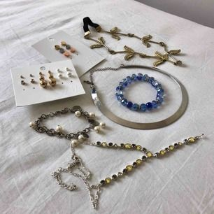Lite blandat med accessoarer! Örhängen från H&M, en hår accessoar, två halsband och två armband. Allt eller inget! (Frakt tillkommer om det ska skickas)
