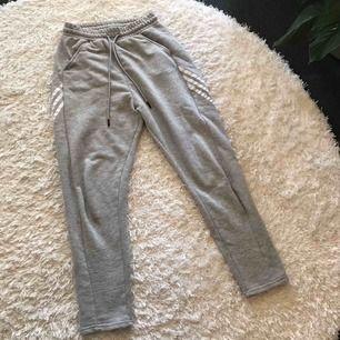 Adidas neo mjukisbyxor i storlek S. Gråa med vita ränder, i bra skick och bra kvalité. Så sköna men för stora för mig tyvärr!💕