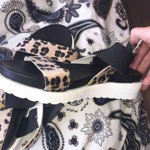Säljer mina leopard-sandaler då de är för små för mig. De är aldrig använda och storleken är 39 men de är små i storleken. Kan skickas men köparen står för frakten :)