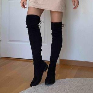 Höga skor från Nelly i svart sammet, använda en gång eftersom ena skosnöret var borttappat, men nu hittats självklart! Är fortfarande populärt till en oversized T-shirt/hoodie, men passar till vad man än önskar.