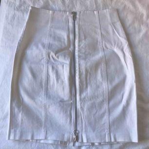 Fin vit kjol med ball dragkedja detalj i mitten, aldrig använd 🤩
