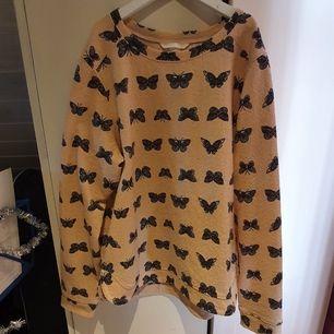 Rosa blus / tröja / topp med fjärilar 🌼  sparsamt använd.