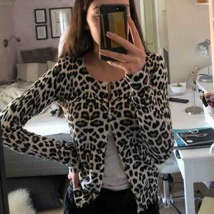 Jättefin leopardkofta från Vero Moda! Nyskick, inte använd många gånger! +frakt