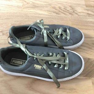 Puma basket skor i suede i olivgröna. Använda kanske 2 gånger så bra skick. Kan fraktas men köparen står för frakten då.