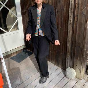 En galet snygg vintage kostym från pub!! 😍😍 Säljer pågrund av att den tyvärr är för stor för mig:(( (Storleken är uppskattad men den är en herrmodell) Hör gärna av dig vid intresse:)) (Köparen betalar för frakten & priset kan diskuteras;))