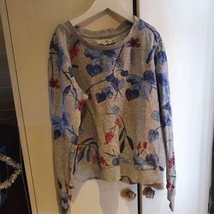 Blommig sweatshirt, kort modell. Knappt använd 🌼