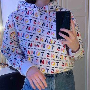 Snygg croppad hoodie i bra skick! Säljer den då jag aldrig använder den <3