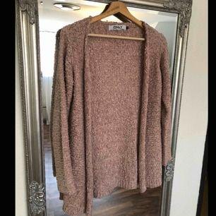 Lång stickad puderrosa klänning